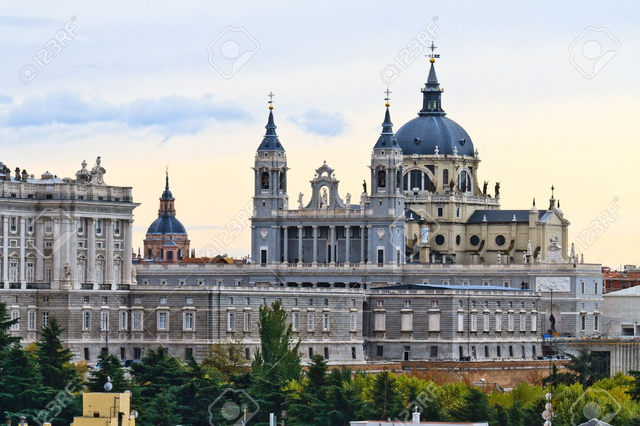 1300x866 > Almudena Cathedral Wallpapers