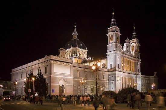 High Resolution Wallpaper | Almudena Cathedral 550x366 px