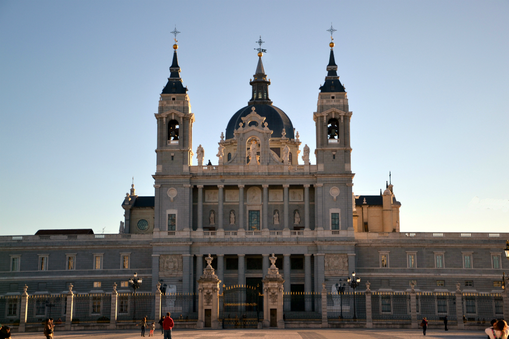 High Resolution Wallpaper | Almudena Cathedral 1000x667 px