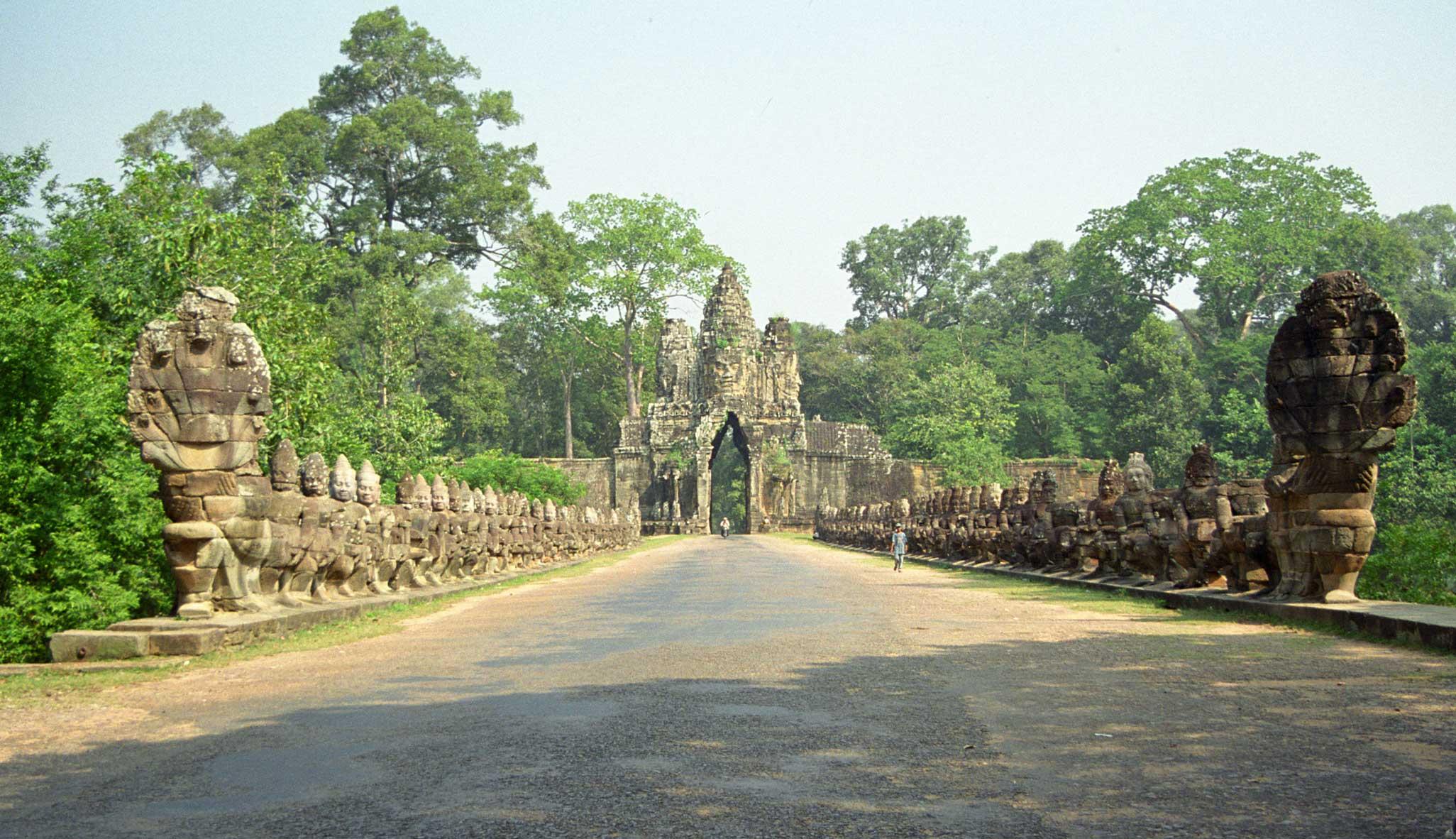 2052x1182 > Angkor Thom Wallpapers
