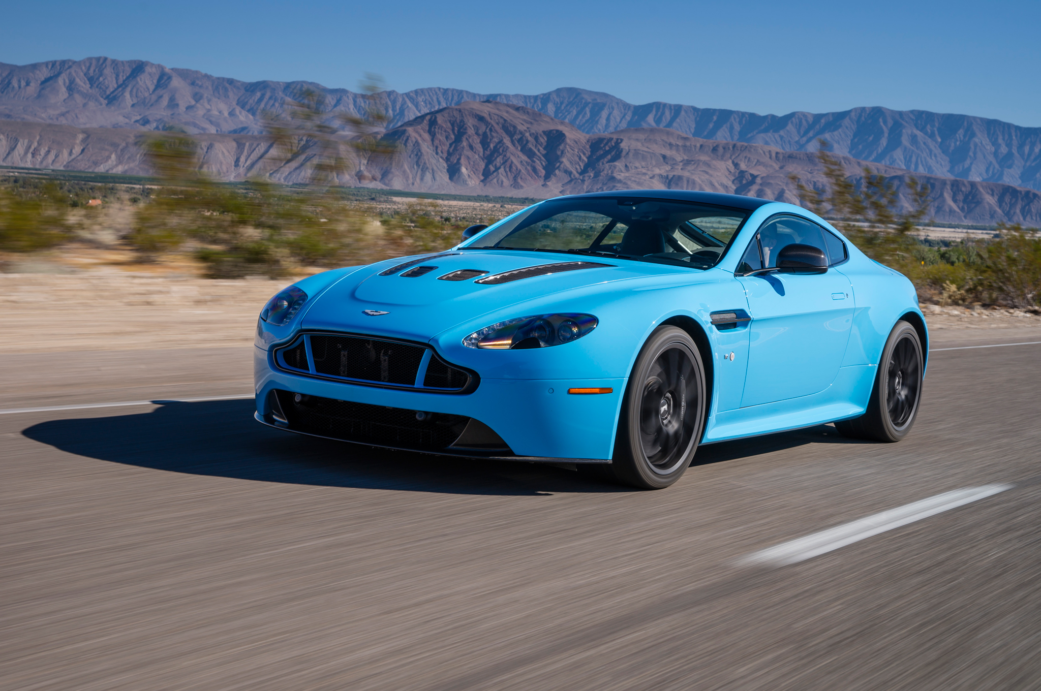 2048x1360 > Aston Martin V12 Vantage Wallpapers