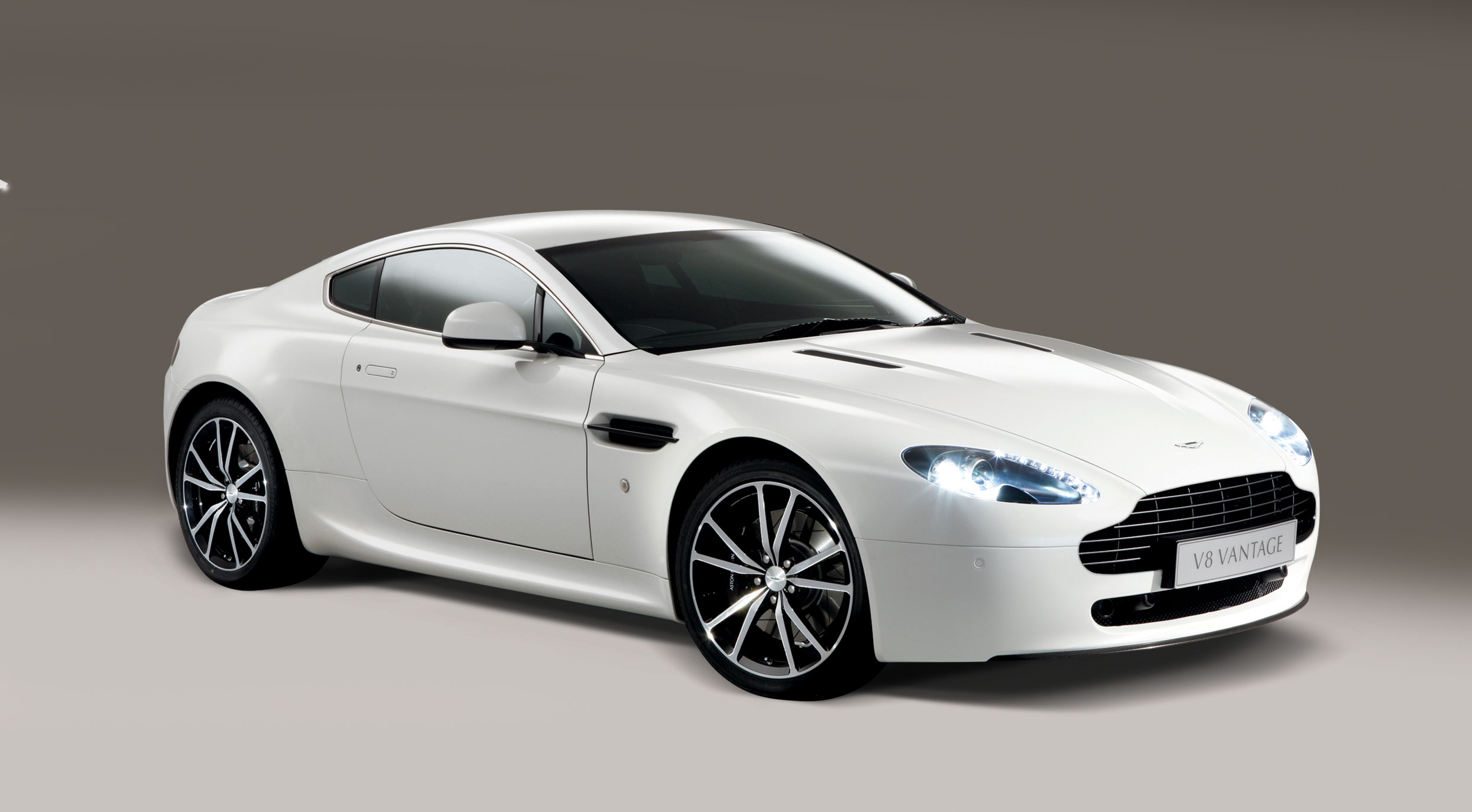 HD Quality Wallpaper | Collection: Vehicles, 2490x1374 Aston Martin V8 Vantage