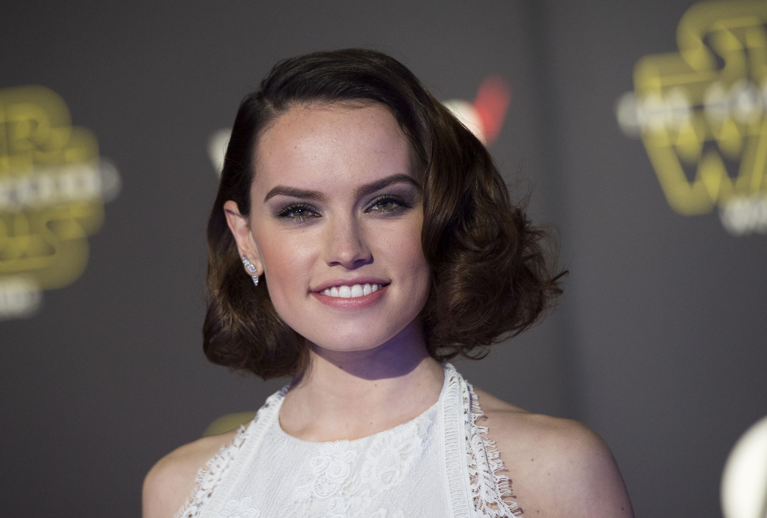2500x1688 > Daisy Ridley Wallpapers