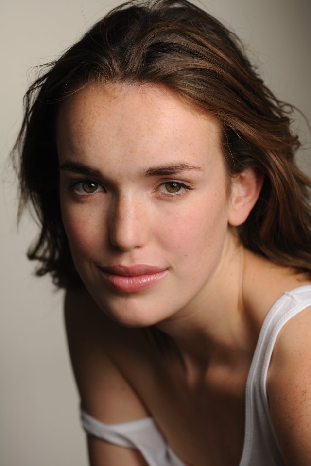 High Resolution Wallpaper | Elizabeth Henstridge 640x960 px