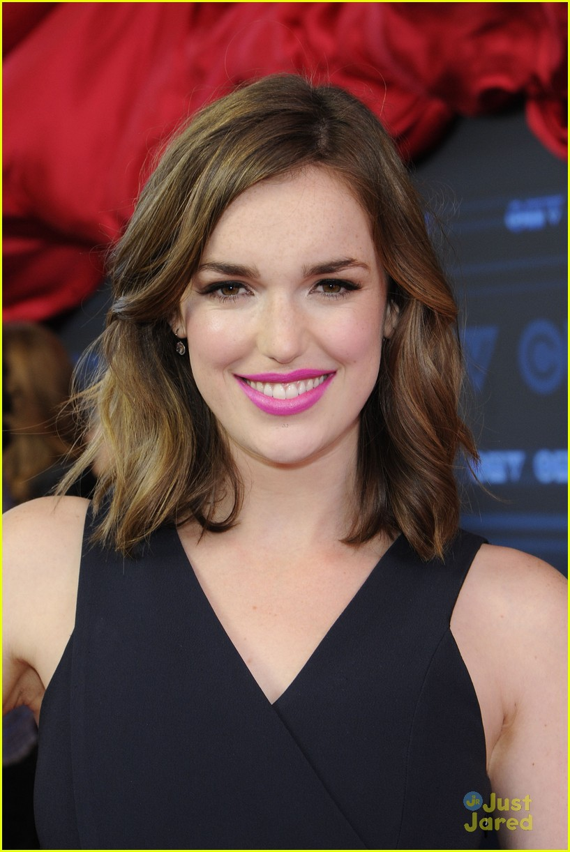 HQ Elizabeth Henstridge Wallpapers | File 190.52Kb