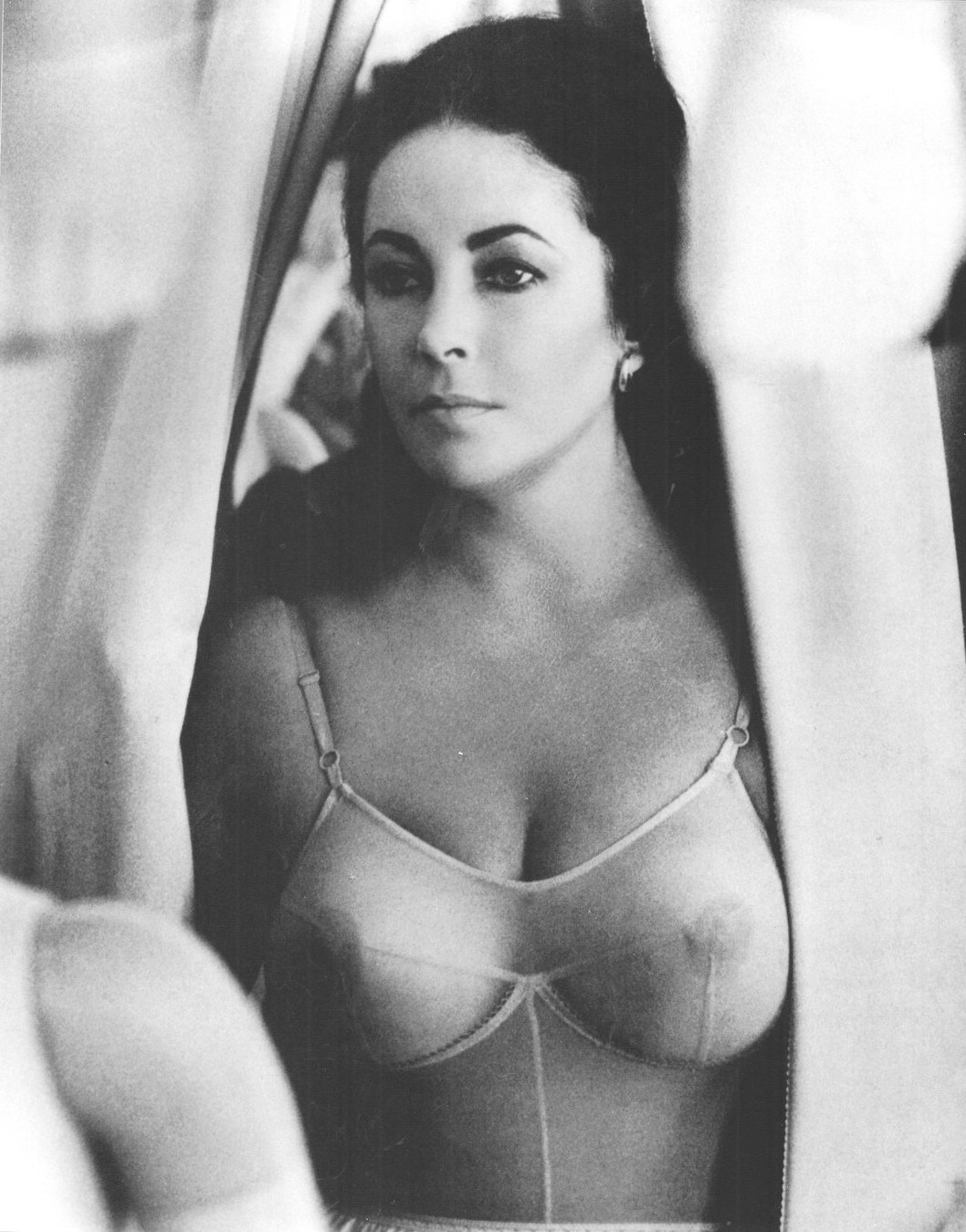 HD Quality Wallpaper | Collection: Celebrity, 1058x1349 Elizabeth Taylor
