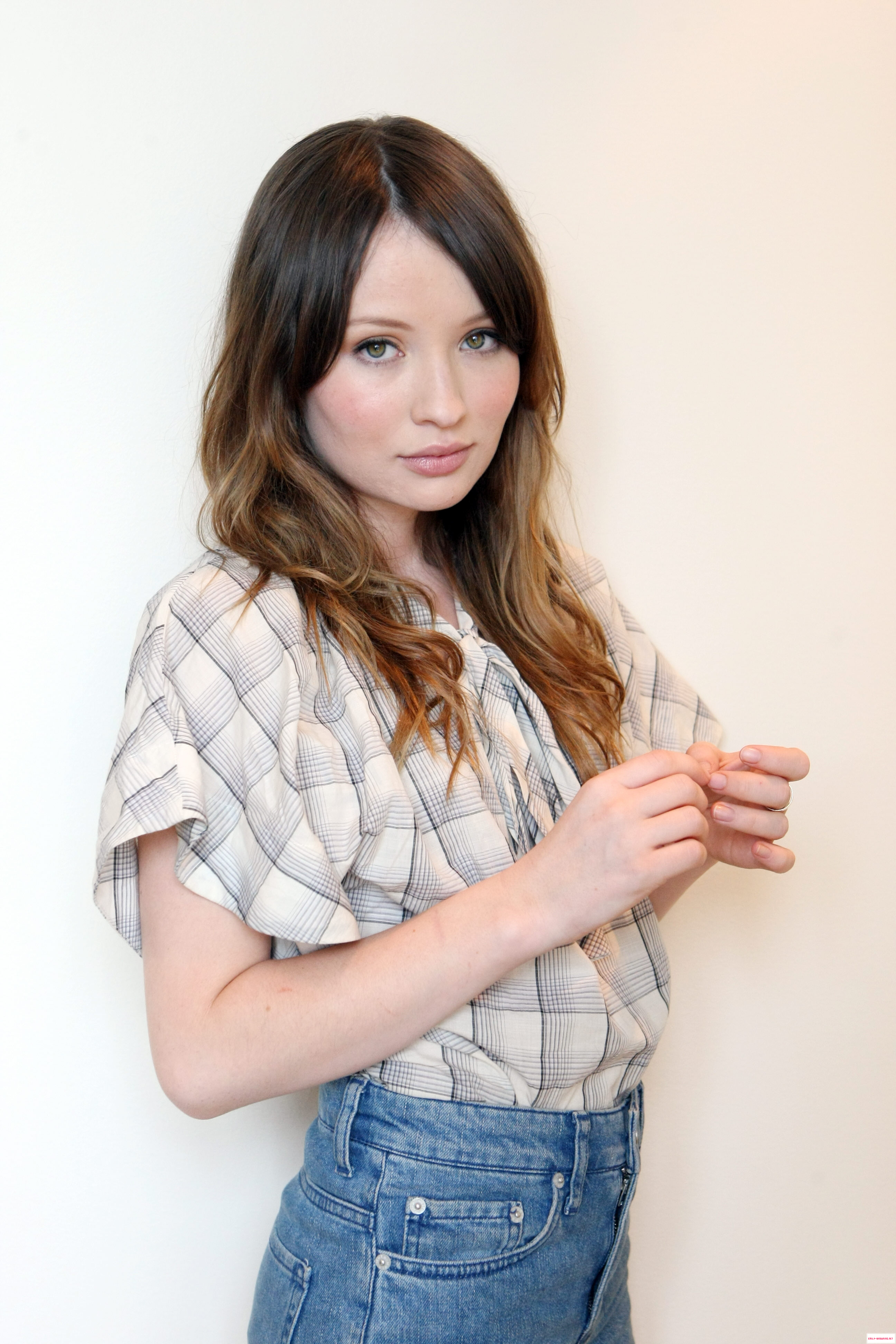 2592x3888 > Emily Browning Wallpapers