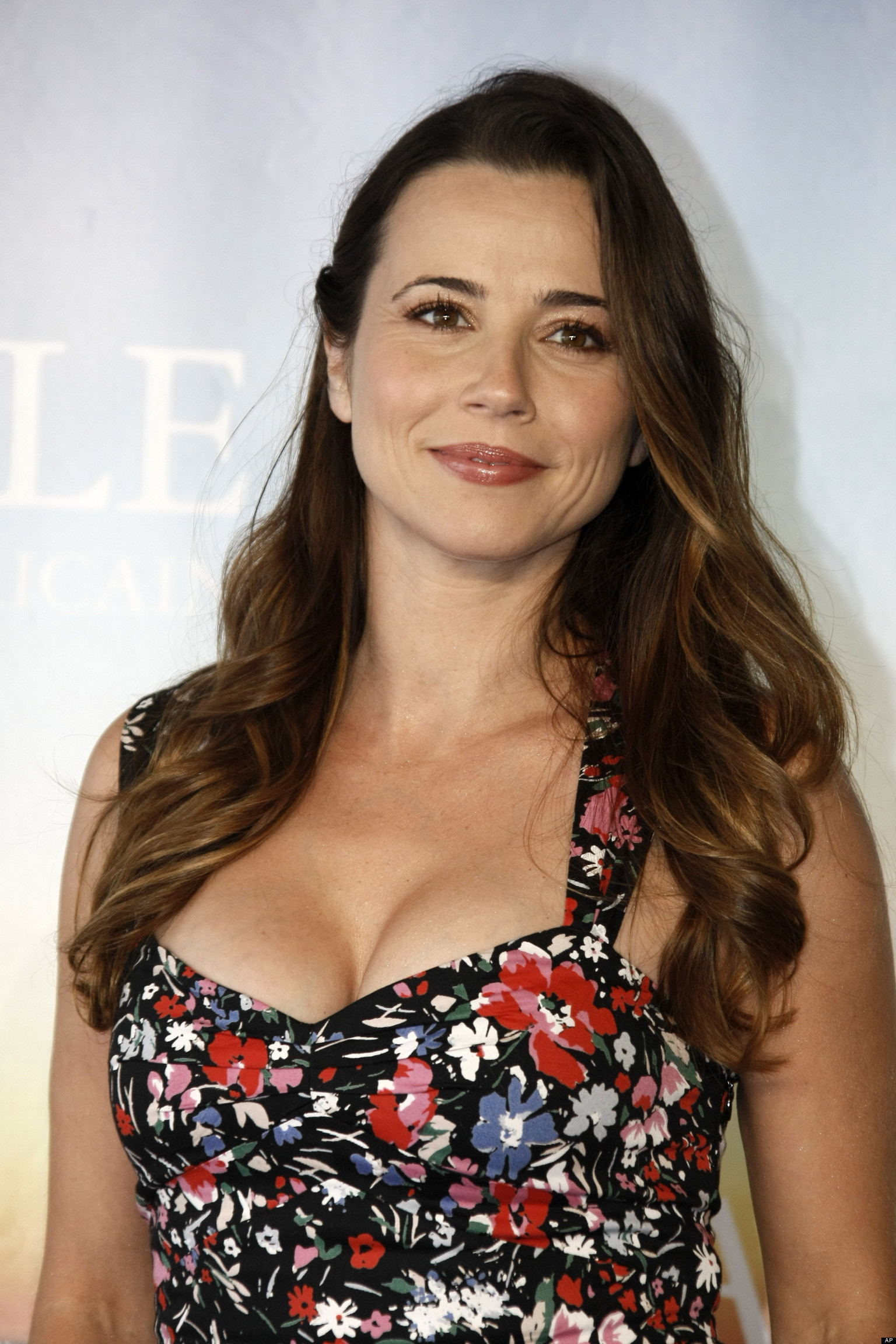 Linda Cardellini  Backgrounds, Compatible - PC, Mobile, Gadgets| 1536x2304 px