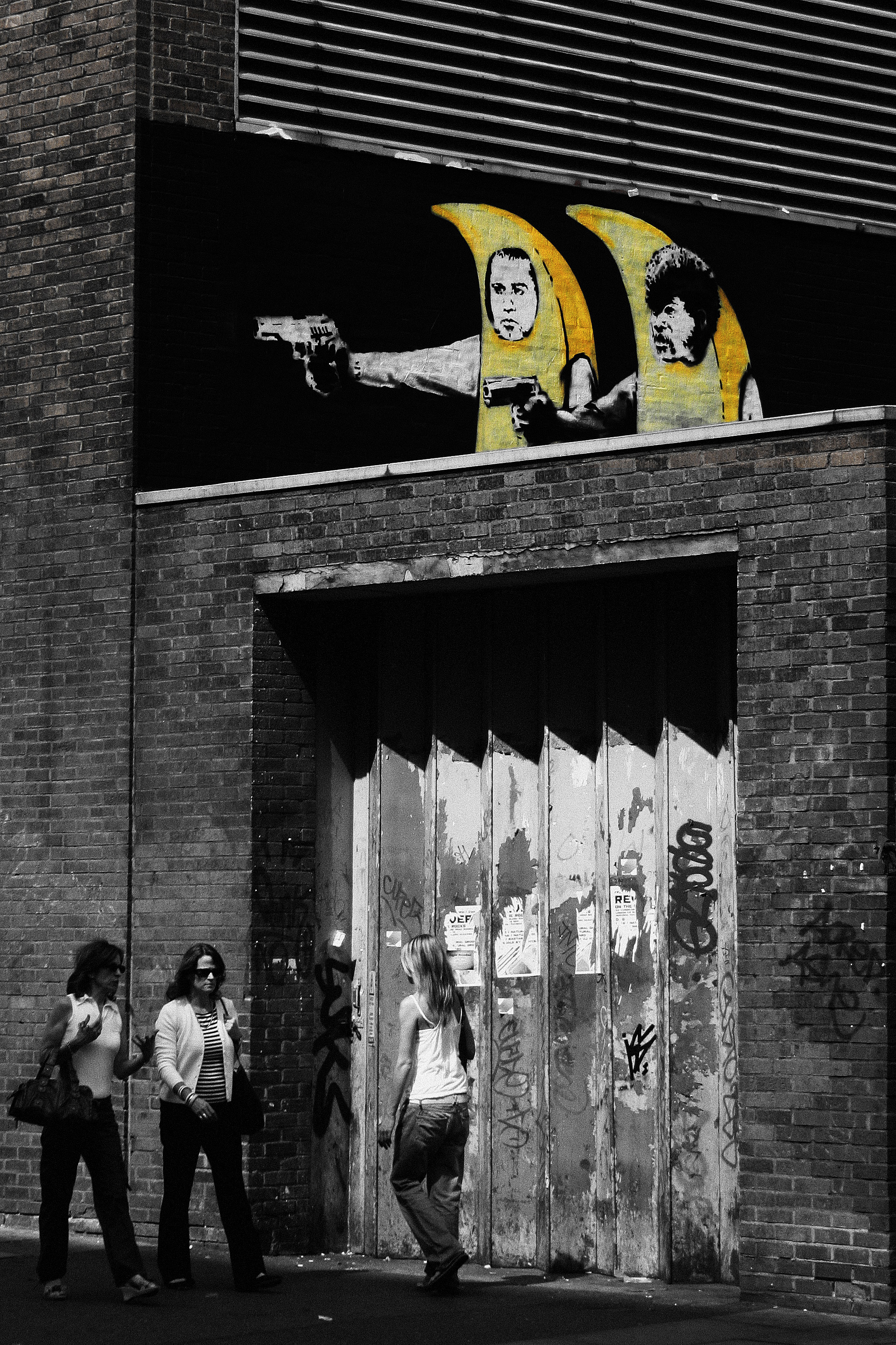 High Resolution Wallpaper | Pulp Fiction Street Art 1860x2790 px